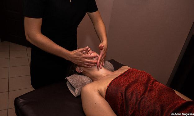 Liftingujący, mocny  masaż twarzy niwelujący zmarszczki,